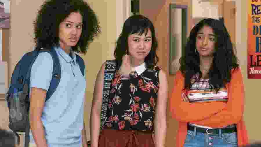 Fabiola (Lee Rodriguez) e Eleanor (Ramona Young) são as confidentes de Devi (Maitreyi Ramakrishnan) - LARA SOLANKI/NETFLIX