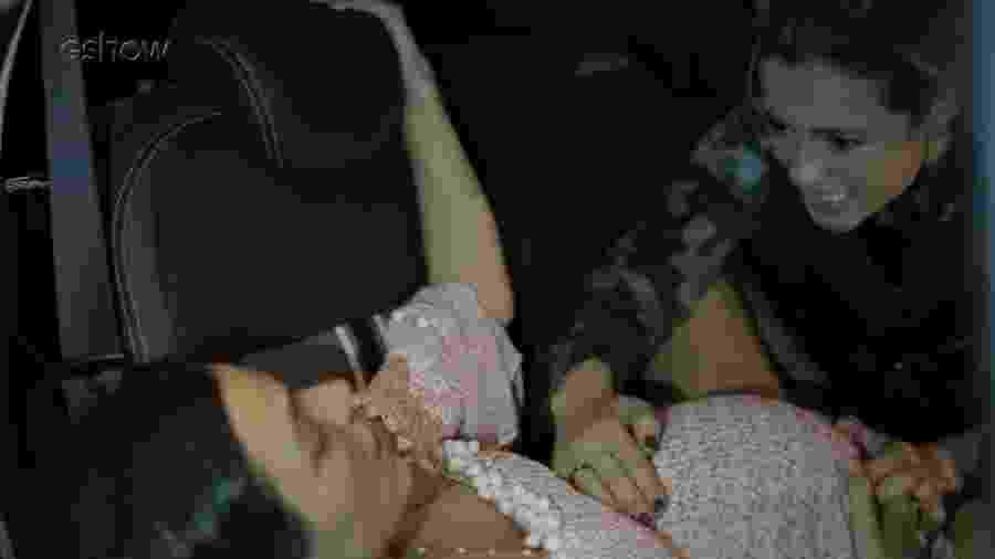 Jeiza (Paolla Oliveira) e Ritinha (Isis Valverde) no táxi (GShow) - Reprodução / Internet