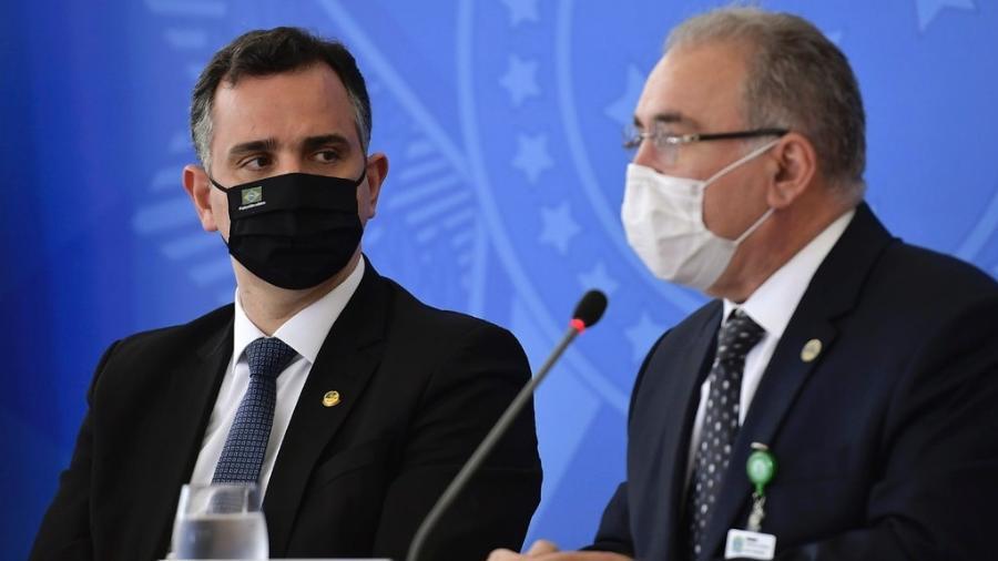O presidente do Senado, Rodrigo Pacheco (DEM-MG) e o ministro da Saúde, Marcelo Queiroga, após reunião do comitê de coordenação do enfrentamento da covid-19  - Marcos Brandão/Senado Federal