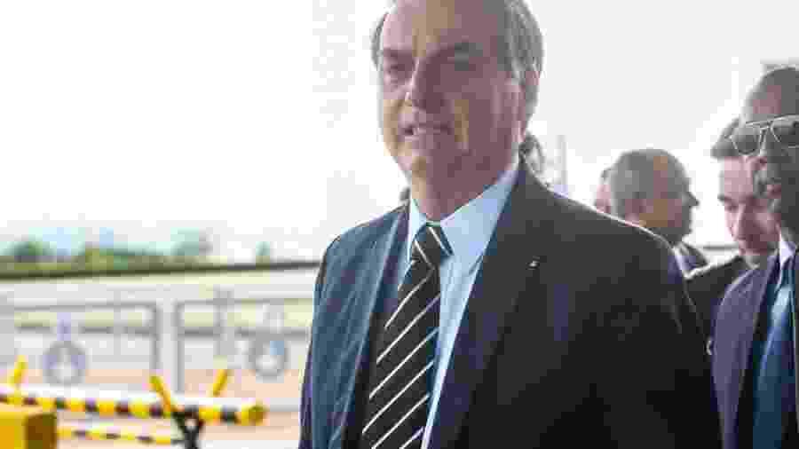 O presidente Jair Bolsonaro, cumprimenta populares,e fala à imprensa no Palácio da Alvorada. - O presidente Jair Bolsonaro, cumprimenta populares,e fala à imprensa no Palácio da Alvorada.