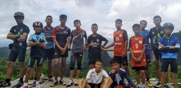 Ekkapol (no canto esquerdo) com o time dos Javalis Selvagens