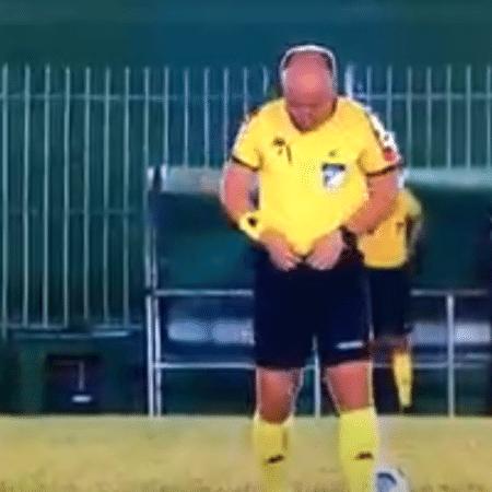 Árbitro faz xixi dentro de campo na Copa do Brasil - Transmissão Premiere