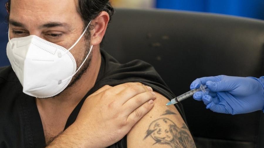 O Reino Unido começou nesta segunda-feira (4) a aplicar a vacina Oxford-AstraZeneca com o objetivo de acelerar a luta contra a covid-19                              -                                 MARCELO SEGURA/AFP