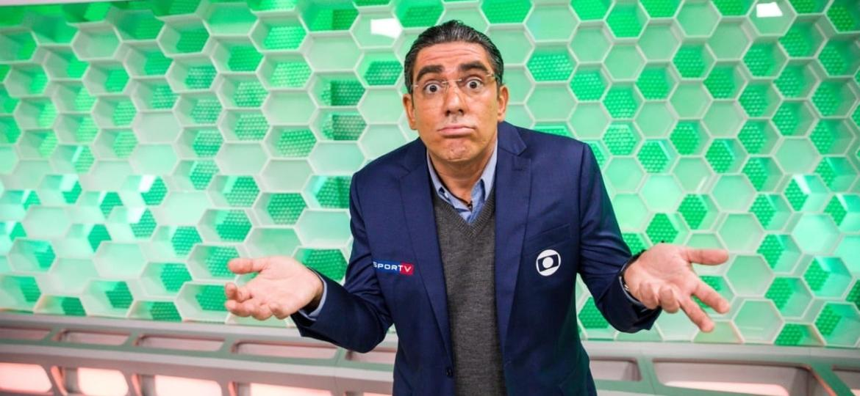 Marcelo Adnet imitará os narradores da Globo durante a Copa América (Foto: Divulgação/ Globo) - Marcelo Adnet vestido de Galvão Bueno