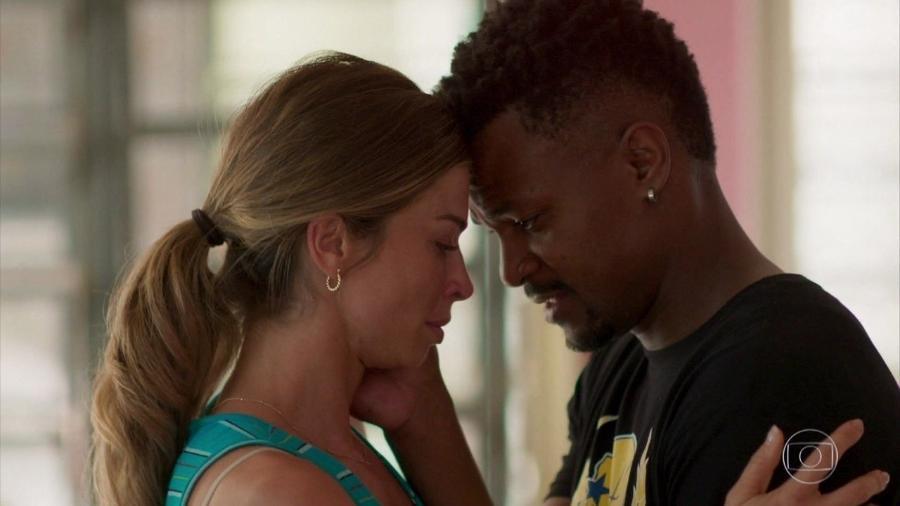 """Ramon (David Júnior) e Paloma (Grazi Massafera) em cena de """"Bom Sucesso"""" - Reprodução/TV Globo"""