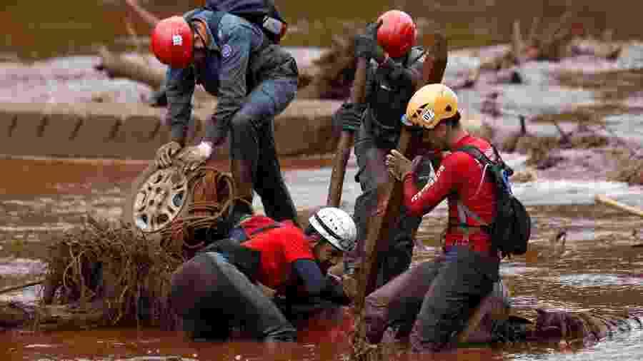 Equipe de resgate tenta encontrar vítima em carro soterrado pela lama na região de Brumadinho; MPF pede suspensão de pagamento de dividendos da Vale - Reuters