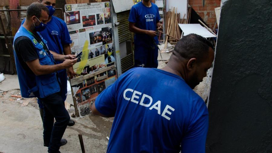 Técnicos da Cedae tentam resolver falta de água em bairro do Rio; concessão da empresa terá atraso - Ramon Vellasco/Futura Press/Estadão Conteúdo