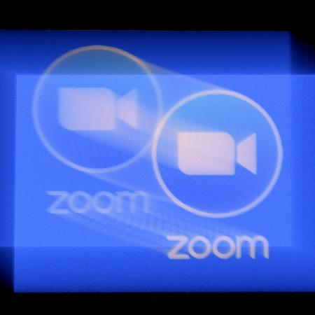 Zoombombing: ato de invadir conferências faz Zoom ser notificado pelo FBI - Logotipo da plataforma de conferência Zoom. Crédito: Olivier Douliery/AFP (Getty Images)