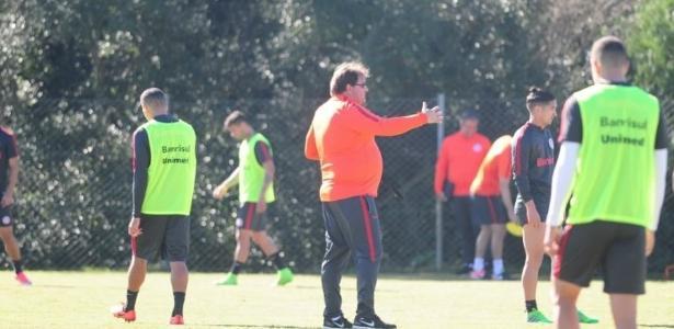 Guto Ferreira testa opções para quebrar linhas defensiva adversárias