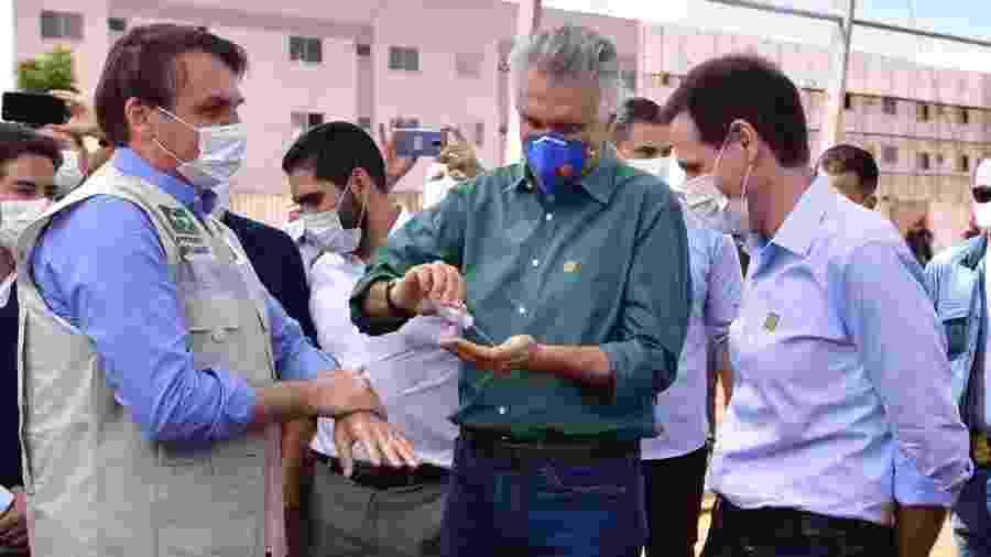 Governador Ronaldo Caiado (DEM-GO) fornece alcool gel para o presidente Jair Bolsonaro em cerimônia em Goiás  -  divulgação/Twitter Ronaldo Caiado