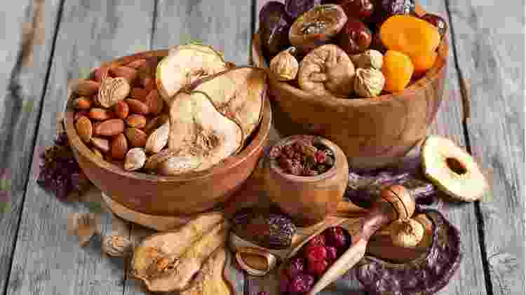Frutas secas Muitas opções de frutas secas são uma bomba de açúcar. Portanto, certifique-se de que as que você compra não têm adição de açúcar. Também é importante estar consciente do tamanho da porção, uma vez que os frutos secos, comprados ou não, contêm altos níveis de açúcar natural. - Getty Images - Getty Images