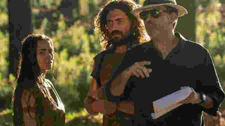"""Adão (Carlo Porto) e Eva (Juliana Boller) e o diretor Edgard Miranda gravando """"Gênesis"""" - Reprodução/Instagram"""