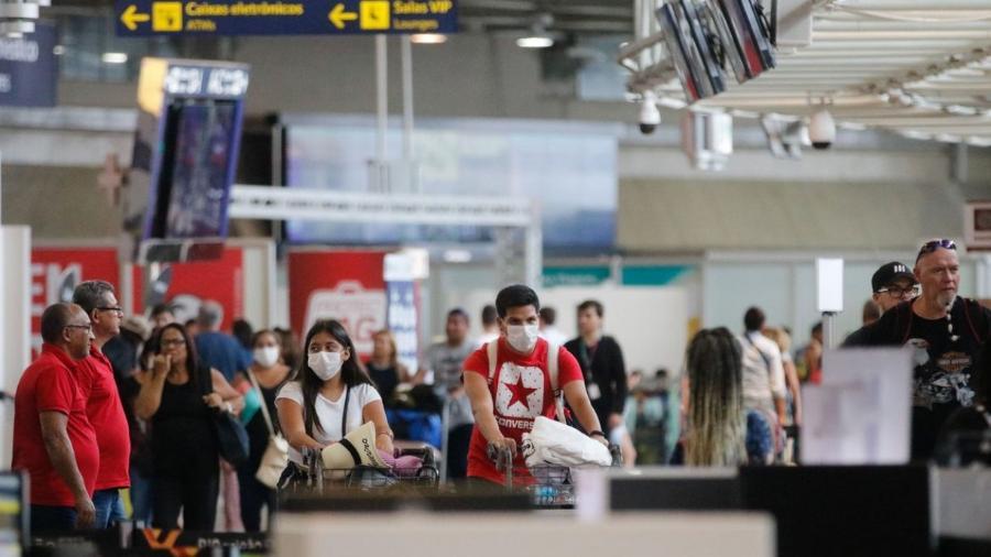 Passageiros e funcionários vestem máscaras no Aeroporto do Galeão, usado pela Conmebol como exemplo em seu protocolo - Fernando Frazão/Agência Brasil