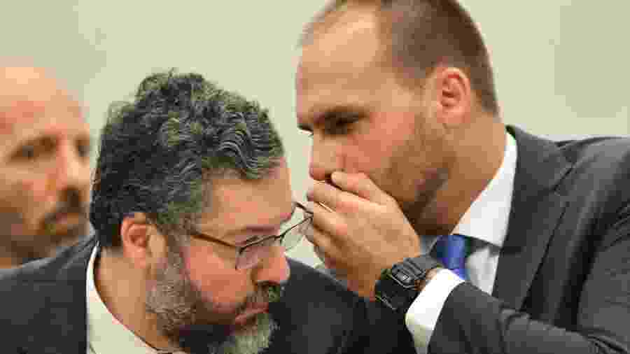 O ministro de Relações Exteriores,  Ernesto Araújo, e o deputado Eduardo Bolsonaro durante audiência pública na Comissão de Relações Exteriores da Câmara dos Deputados.   - Marcelo Camargo / Agência Brasil