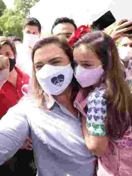 Marília Arraes e a filha Maria Isabel no dia das eleições de 2020.                           -                                 Jailton Junior                             -                                 Jailton Junior