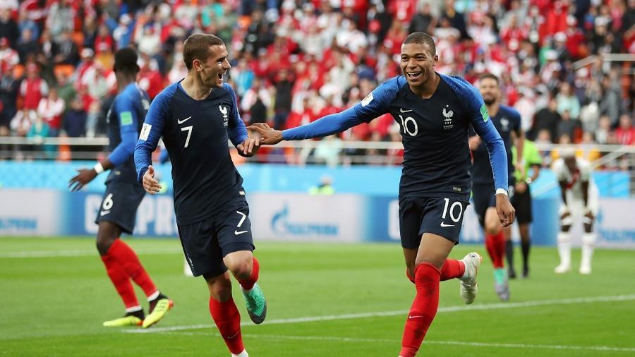 Mbappé (dir.) comemora com Griezmann, da França (Photo by Catherine Ivill/Getty Images) -