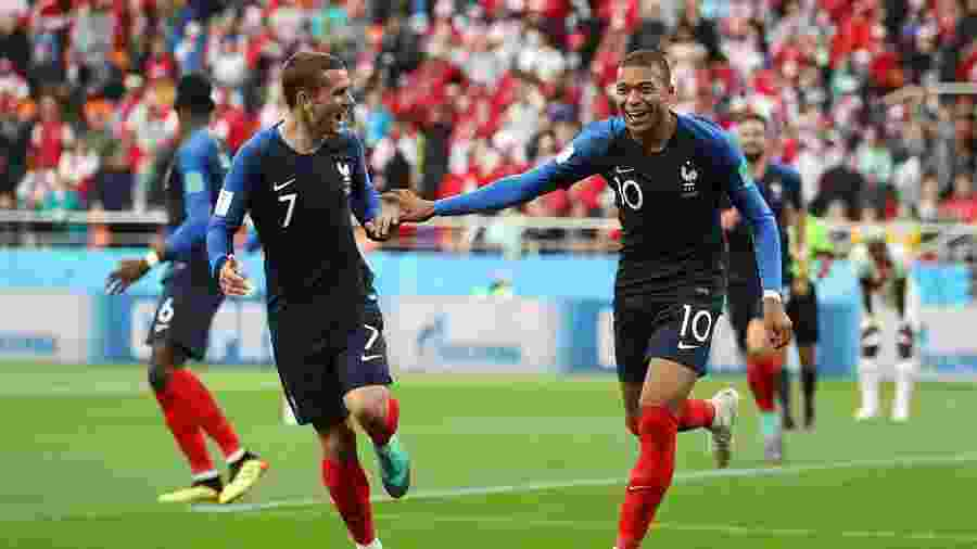 Mbappé (dir.) comemora com Griezmann, da França (Photo by Catherine Ivill/Getty Images) -