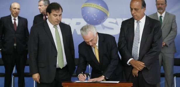 Rodrigo Maia acompanhou a assinatura do decreto de intervenção do governo federal na segurança pública do Estado do Rio - Foto: Agência Brasil