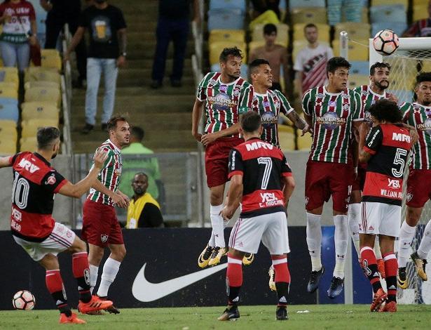 Diego marcou o primeiro gol do Flamengo em bela cobrança de falta no Maracanã