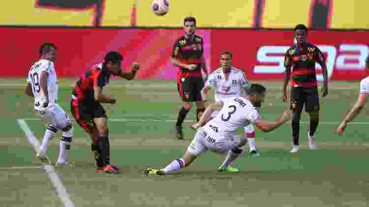Lances do jogo de futebol Santa Cruz X Sport, válido pelo Campeonato Pernambucano -                                 BOBBY FABISAK/JC IMAGEM                             -                                 BOBBY FABISAK/JC IMAGEM