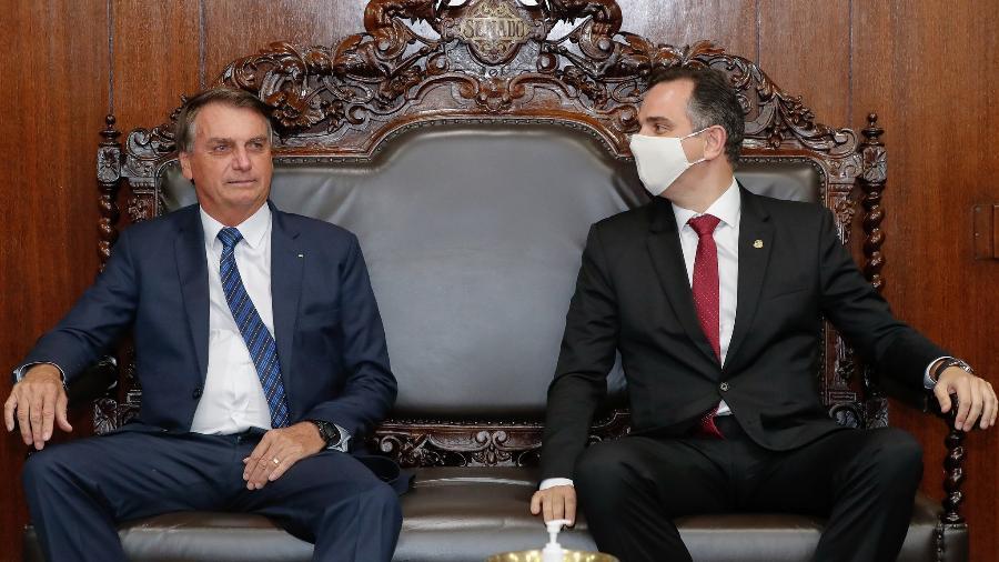 Bolsonaro e Rodrigo Pacheco, durante entrega da Medida Provisória de capitalização da Eletrobras, em 23 de fevereiro  - Alan Santos/PR
