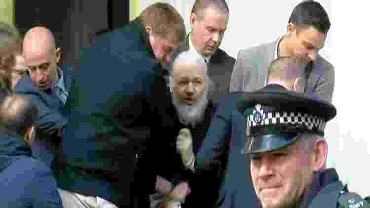 Julian Assange no momento em que é levado da embaixada do Equador pela polícia britânica, em Londres - Reprodução / Ruplty