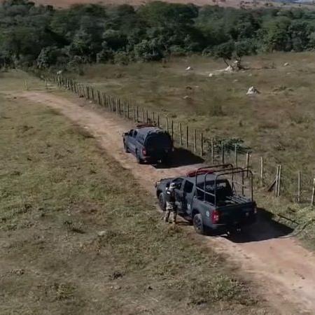 Fotografia de policiais procurando por Lázaro; buscas encontraram local que pode ter sido usado como esconderijo - Divulgação/ Youtube/ SBT Jornalismo (22.06.2021)