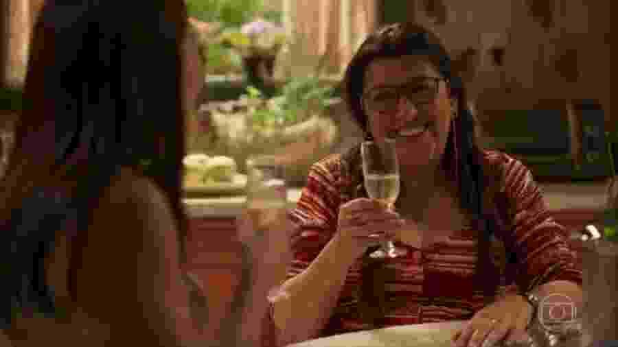 """Thelma (Adriana Esteves) e Lurdes (Regina Casé) em cena de """"Amor de Mãe"""" - Reprodução"""