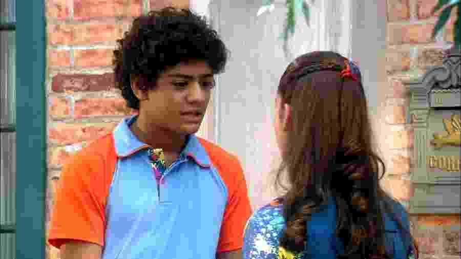 Mosca (Gabriel Santana) e Mili (Giovanna Grigio) em cena de Chiquititas (Reprodução / SBT) - Reprodução / Internet