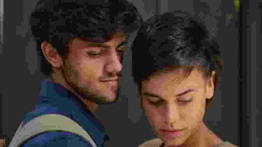 Jonatas (Felipe Simas) e Leila (Carla Salle) de Totalmente Demais (Divulgação - TV Globo)  - Reprodução / Internet