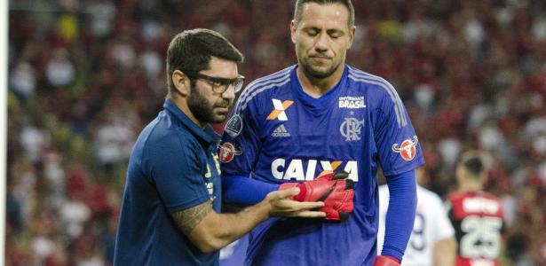 O goleiro Diego Alves será operado e não joga mais pelo Flamengo em 2017 - Delmiro Junior/Estadão Conteúdo