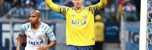 Sobrevivente do mesmo câncer, goleiro do Avaí grava vídeo para Ederson (Foto: Roberto Vinicius/Estadão Conteúdo)