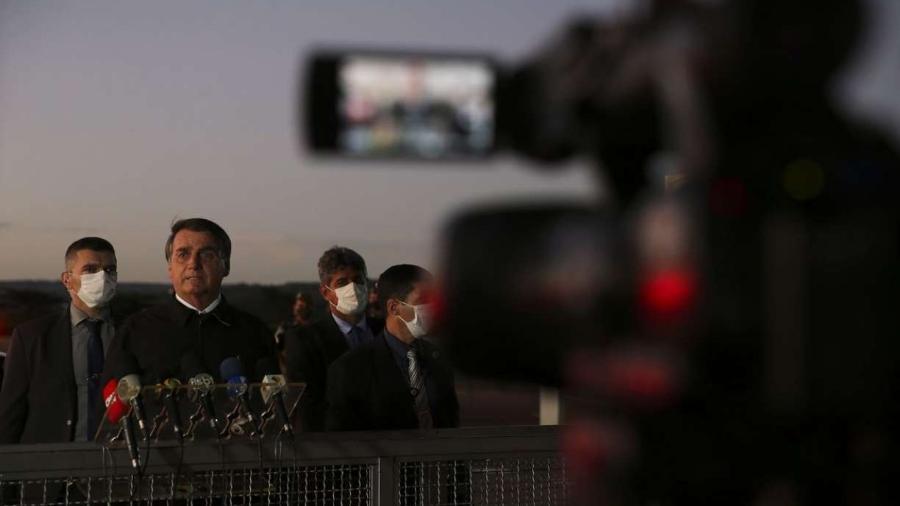 O presidente Jair Bolsonaro, cumprimenta populares e fala à imprensa no Palácio da Alvorada                              -                                 Marcello Casal Jr/Agência Brasil