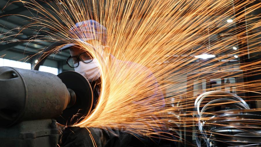 Produção industrial no Brasil caiu 2,4% em março ante fevereiro - Reuters