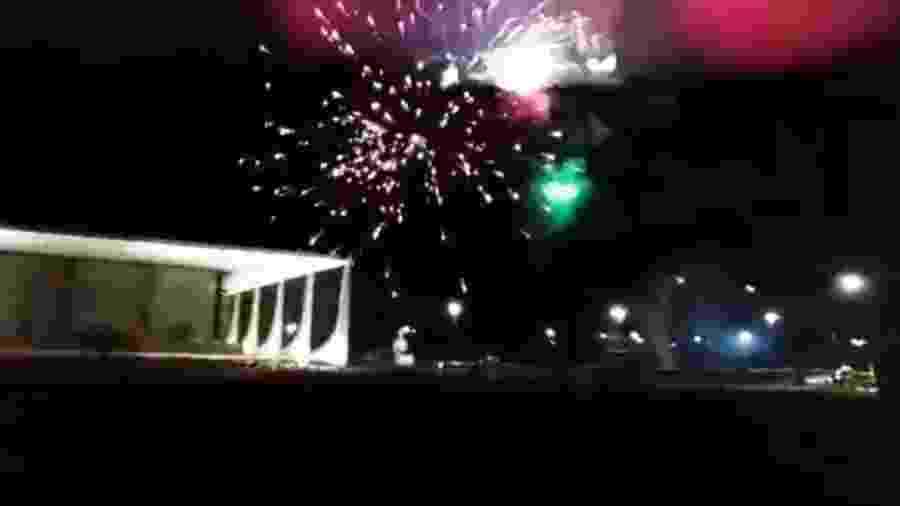 Bolsonaristas jogam fogos de artifício contra o STF  -  Reprodução