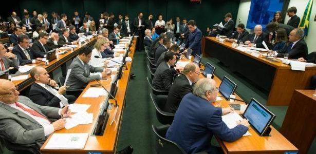 Comissão que discute reforma política se reúne na Câmara dos Deputados