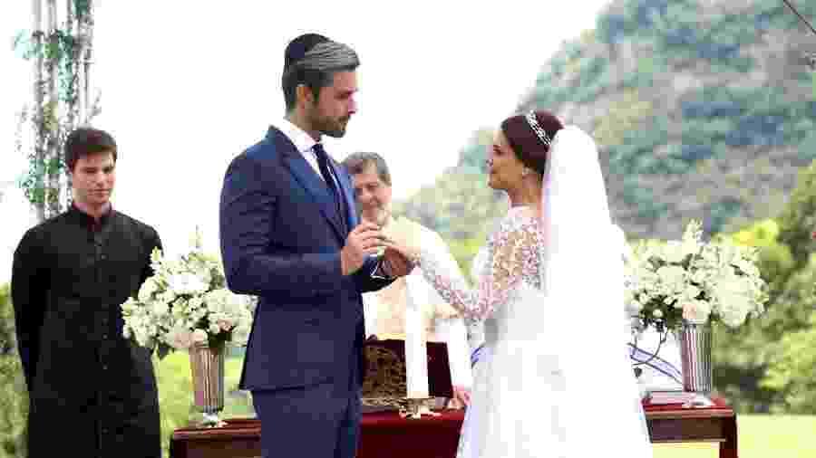 Sérgio Marone e Paloma Bernardi como Ricardo Montana e Isabela em Apocalipse (Divulgação / Record TV) - Reprodução / Internet
