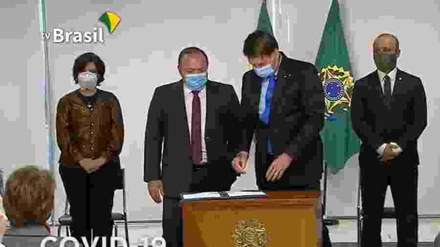 Jair Bolsonaro e o ministro interino da Saúde, Eduardo Pazuello, na assinatura da MP para produção de vacina contra covid-19 [Reprodução/TV Brasil]  - Reprodução/ TV Brasil