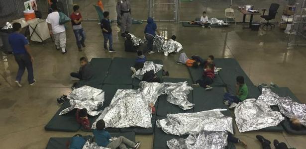 Crianças que atravessaram a fronteira dos Estados Unidos ilegalmente com os pais e foram separadas  - Foto: AFP