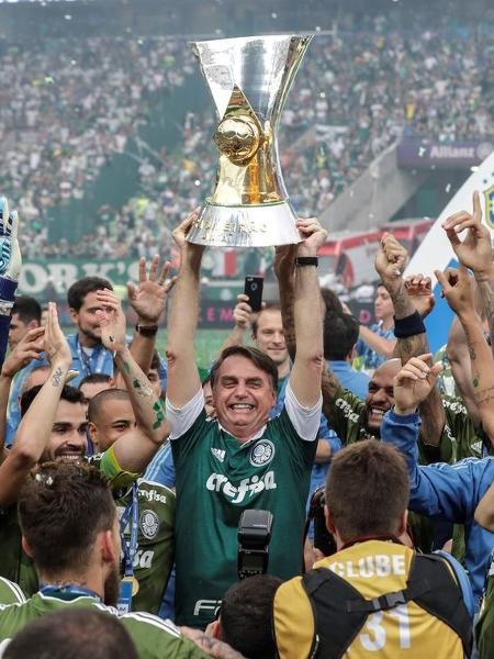 Presidente Jair Bolsonaro com a taça do Palmeiras campeão brasileiro em 2018 -  Agência Brasil