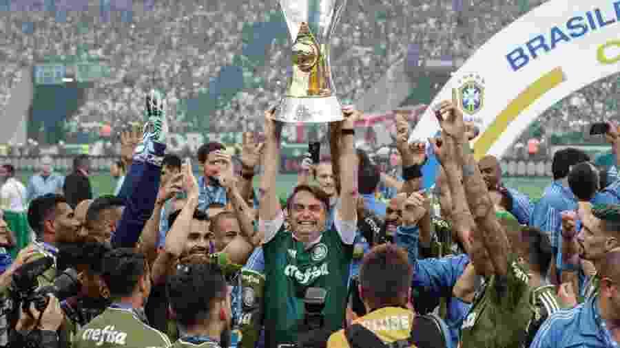 Torcedor do Palmeiras, então presidente-eleito ergue taça de campeão brasileiro no Allianz em 2018 -  Agência Brasil