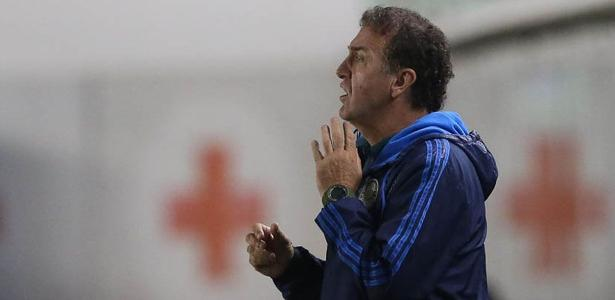 Cuca orienta jogadores do Palmeiras na derrota para o Santos na Vila Belmiro