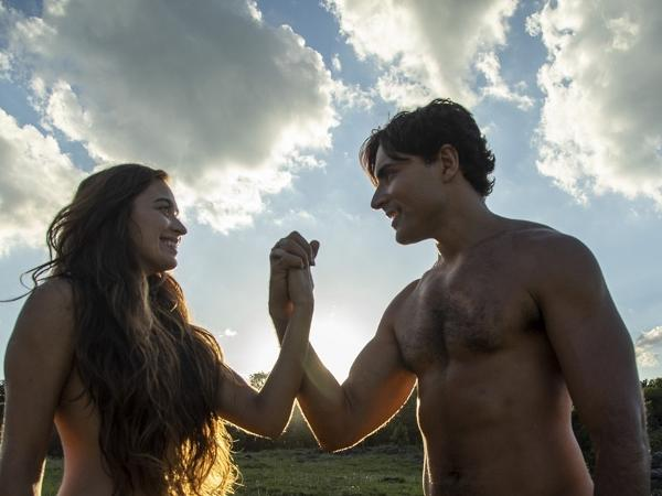 Adão (Carlo Porto) e Eva (Juliana Boller) em cena de Gênesis, na Record TV (Divulgação)