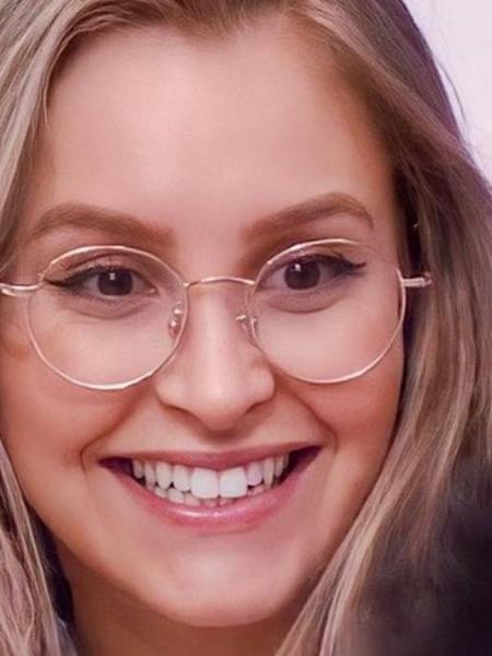 Carla Diaz com seu óculos de aros redondos e dourados - Reprodução/Globo Play