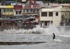 Tufão causa mortes em Macau e numerosas inundações em Hong Kong - Foto: TENGKU BAHAR / AFP