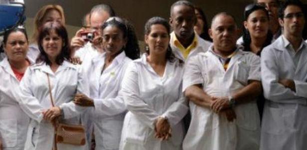 Profissionais do Mais Médicos, programa de serviços médicos representa US$ 11 bilhões à ilha - Foto: AFP