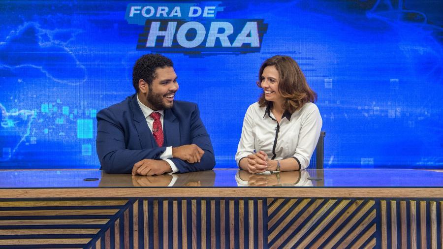 """Paulo (Paulo Vieira) e Renata (Renata Gaspar) apresentam o """"Fora de Hora"""" - Reprodução"""