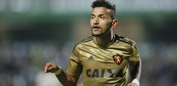 Rogério tem 17 gols em 65 jogos pelo Sport