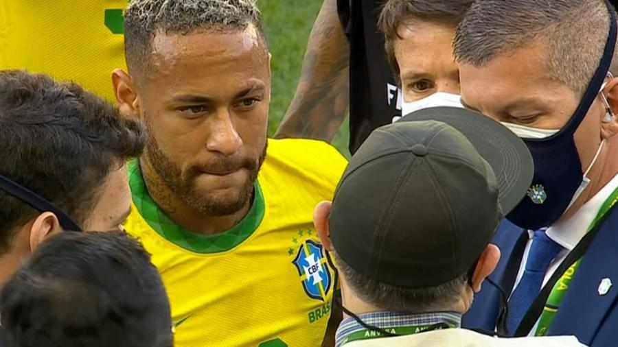 Equipe da Anvisa interrompe partida entre Brasil e Argentina na Neo Química Arena, em São Paulo  - Reprodução / TV Globo