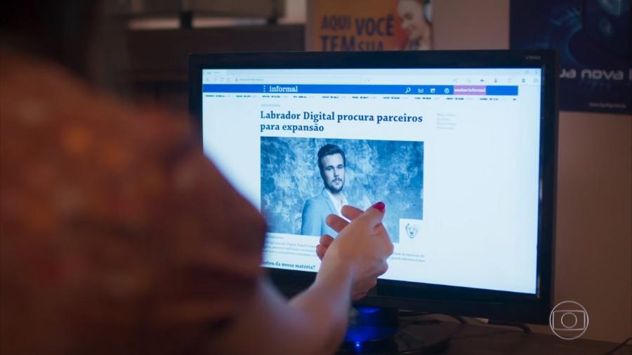 Kyra (Vitória Strada) vendo uma notícia de Rafael (Bruno Ferrari) em Salve-se Quem Puder (Reprodução/TV Globo). - Reprodução/TV Globo